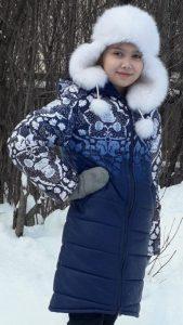 Зимнее пальто для девочки с принтовым рисунком.